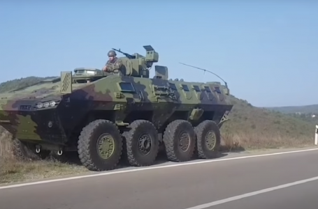 VIDEO/Serbia nuk heq dorë, vendos ushtrinë në kufirin e Kosovës. Drejt veriut niset edhe KFOR-i