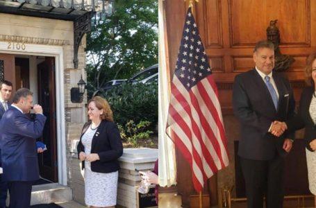 Skandal/Zëvendëssekretari i Shtetit për Ballkanin, Gabriel Escobar nderon me grushtin komunist ambasadoren e Shqipërisë në SHBA