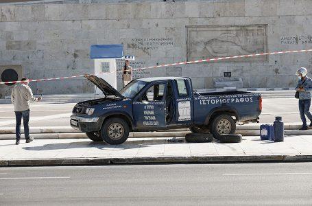 'Po na qeverisin turqit'/Një person kërcënon të sulmojë me benzinë parlamentin grek