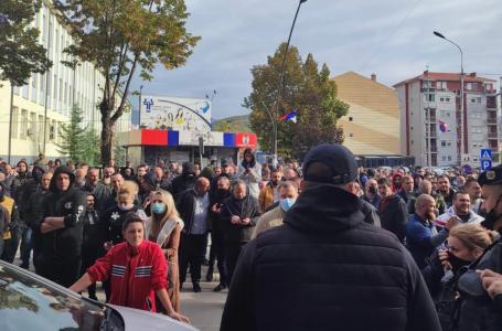 VIDEO/Plas në Veri të Kosovës, serbët përplaset me policinë e Kosovës dhe djegin makinat